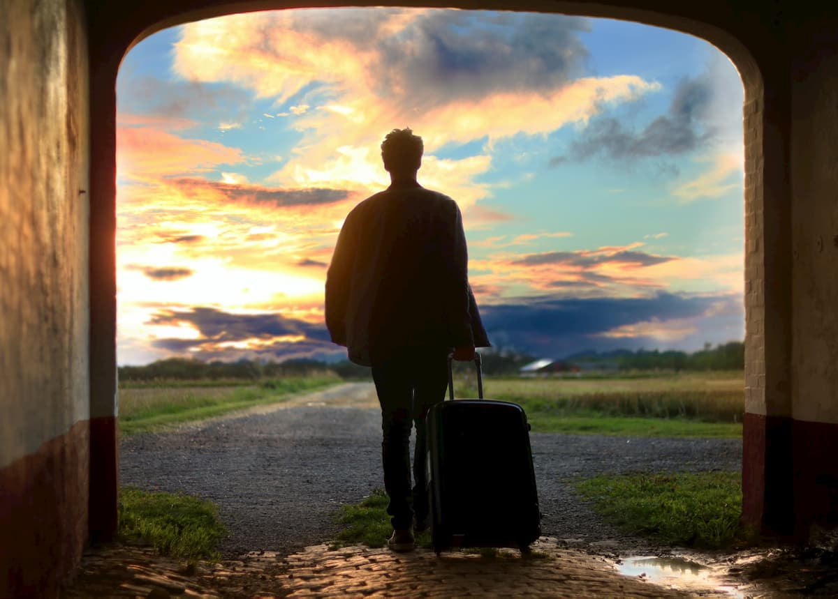 旅行する男性