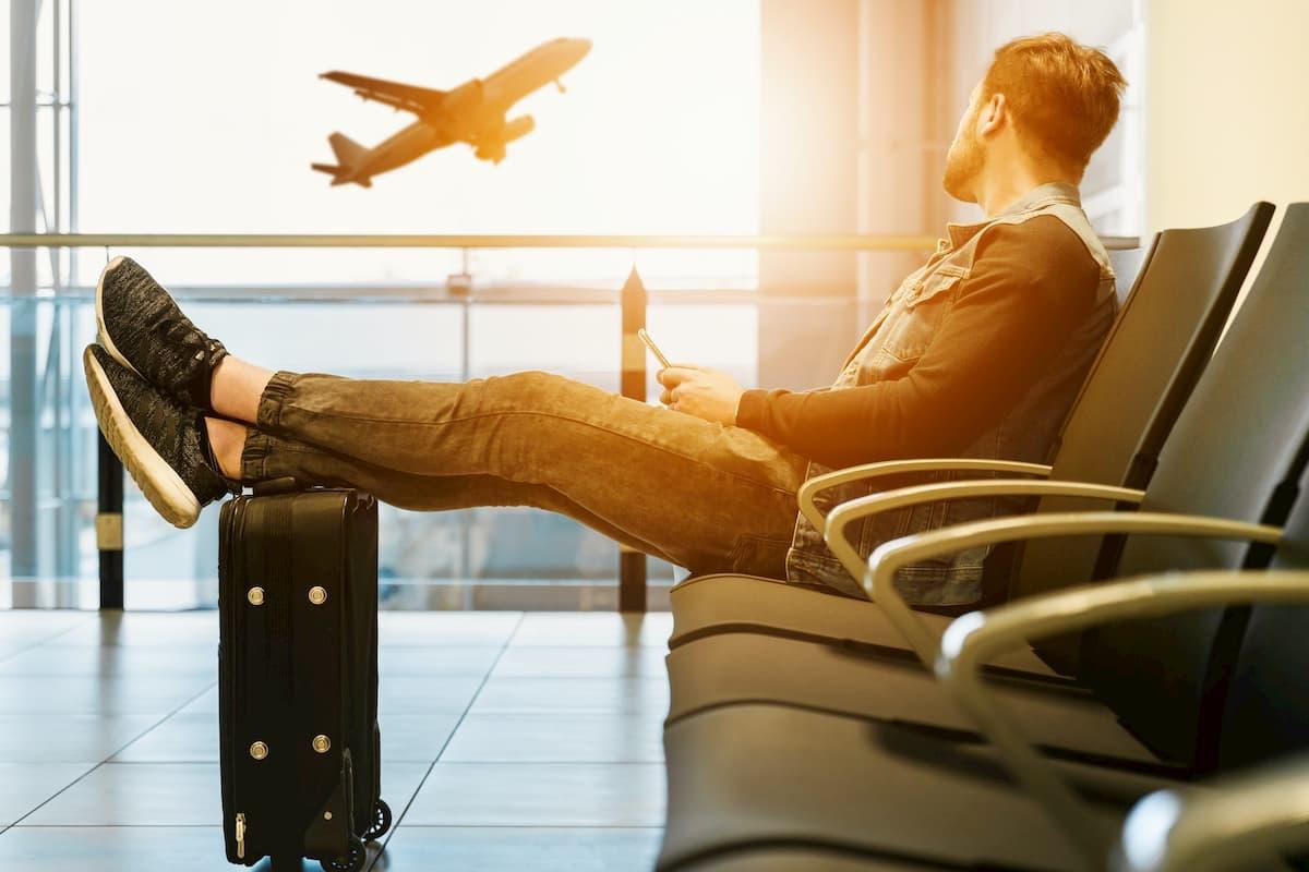 空港で待機する男性